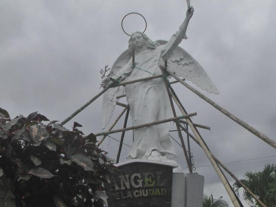 """Temen que el Ángel de Portoviejo salga """"volando"""""""