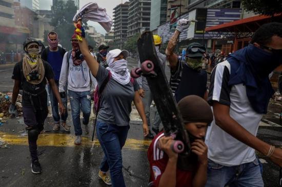 Venezuela vive jornada de represión en calles y enfrentamiento de poderes
