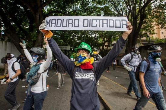 Opositores venezolanos marchan al Consejo Electoral en rechazo a Constituyente
