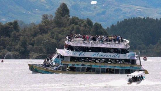 Hallan a la última víctima del naufragio de un barco turístico en Colombia