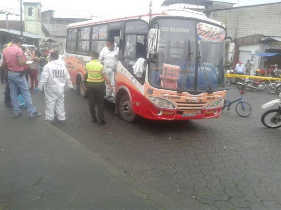Mujer es asesinada en un bus, presuntamente, por su expareja