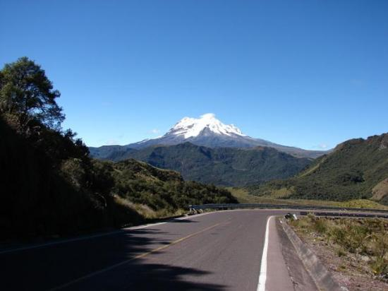 El manto blanco que cubre al volcán Antisana, se derrite por los efectos del cambio climático