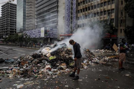 Gobierno venezolano culpa a oposición por quema de 50 toneladas de alimentos