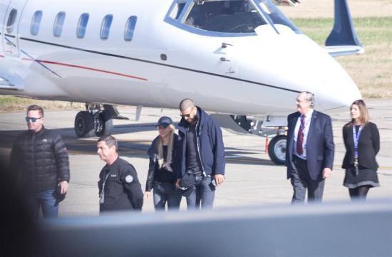 Piqué y Shakira llegan a Rosario para asistir a la boda de Messi