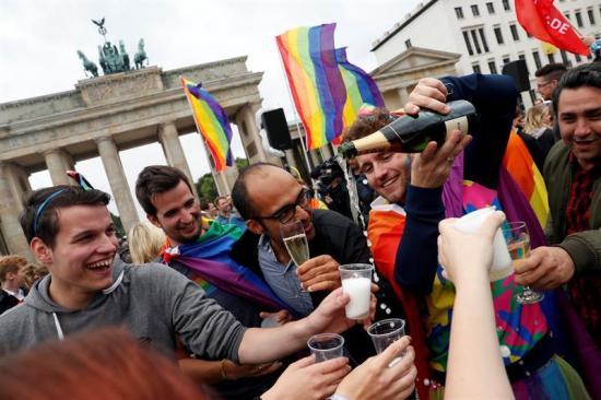 Alemania aprueba el matrimonio homosexual, con Merkel en contra