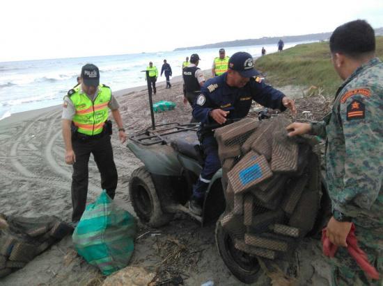 Hallan más de 600 kilos de droga en una playa de Santa Elena