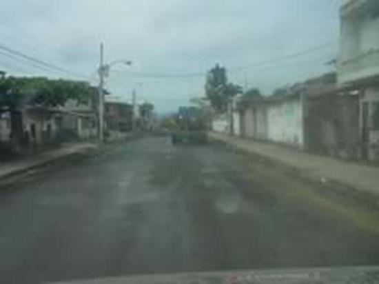 Riegan las calles para aplacar el polvo