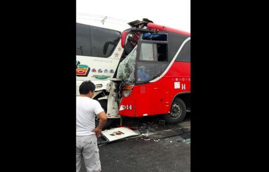 Choque de buses deja dos muertos y múltiples heridos en la vía Durán - Yaguachi