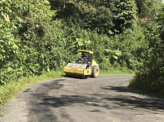 Rebacheo en la vía Alluriquín-Las Mercedes
