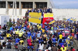 Miles de personas celebran la hazaña del Delfín SC en las calles de Manta