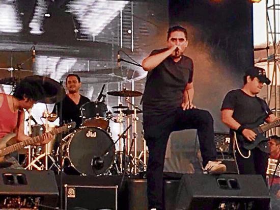 Crucita vivió al máximo el concierto de rock