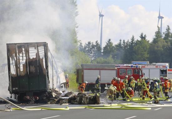 Al menos 18 muertos al chocar e incendiarse un bus de jubilados en Alemania