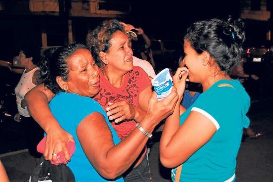 2 hermanas lloran a sus parejas