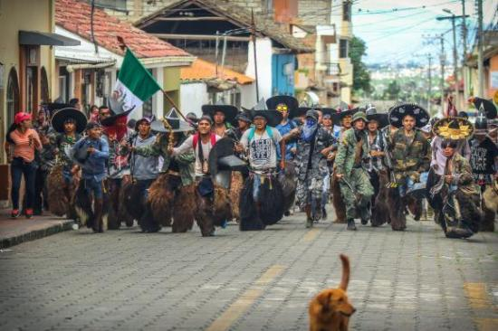 Con zapateos se toman la plaza de Cotacachi