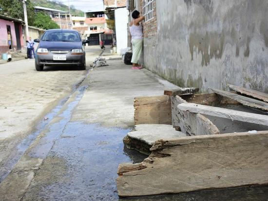 Reclaman solución a rebose de aguas