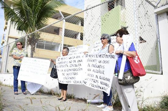 Exhabitantes de los bloques habitacionales Tohallí de Manta hacen plantón para ser escuchados