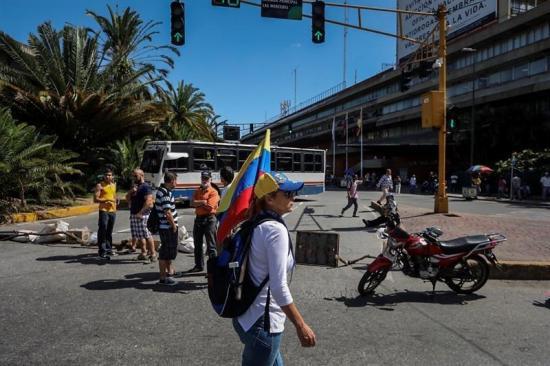 Opositores venezolanos cortan vías por seis horas en rechazo a Constituyente