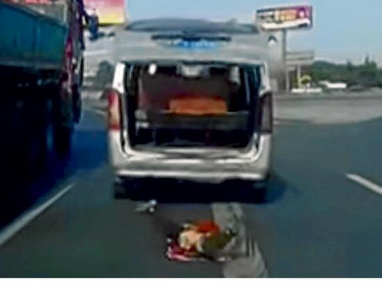 Niña cae por  el maletero