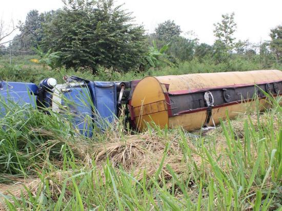 Tanquero con 10 mil  galones de bunker se accidenta en Los Ríos