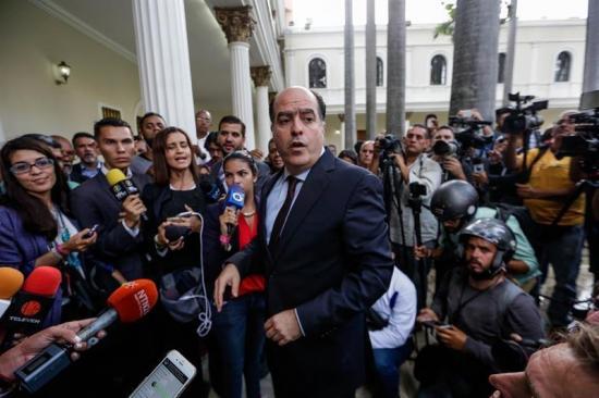 Diputados logran salir de Parlamento venezolano tras más de 7 horas de asedio