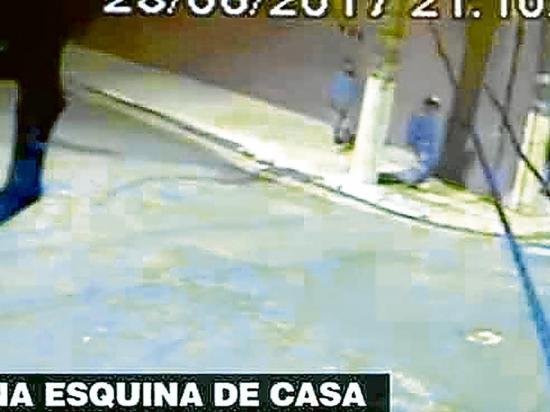 Ladrones le roban un beso  a su víctima en un asalto