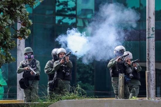 La Policía lanza gases lacrimógenos dentro de centros comerciales en Caracas