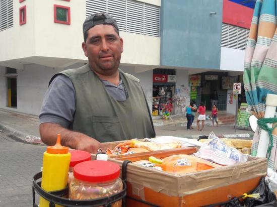 """""""Raspadito"""" madruga en  Montecristi con sus pasteles"""