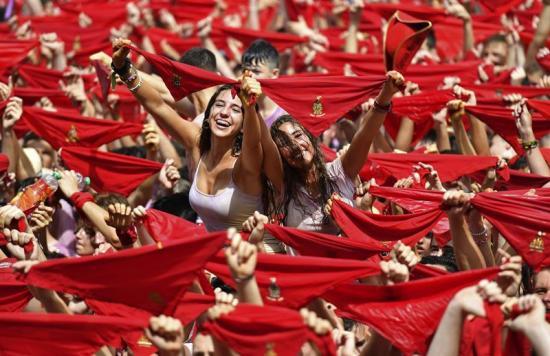 Un mar de pañuelos  rojos acoge el inicio  de los Sanfermines