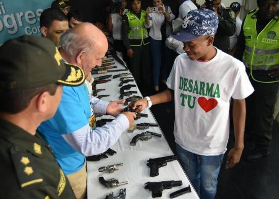 Más de 40 pandilleros entregan armas en Colombia y comprometen a reinsertarse