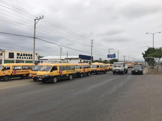 Transportistas escolares de Manabí protestaron en los exteriores de la ANT