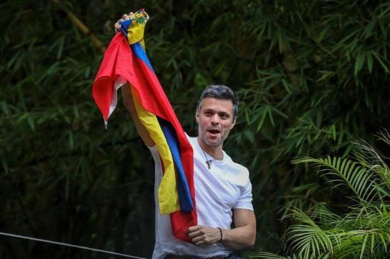Leopoldo López saluda desde su casa tras recibir medida de arresto domiciliario