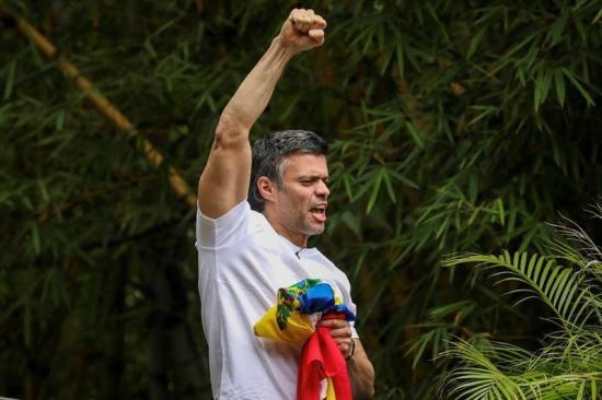 Leopoldo López llama a seguir la 'lucha' en la calle tras salir de la cárcel