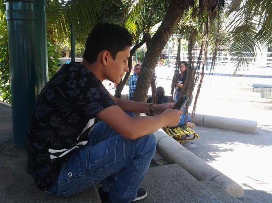 Esperan el regreso del internet en el parque central Eloy Alfaro