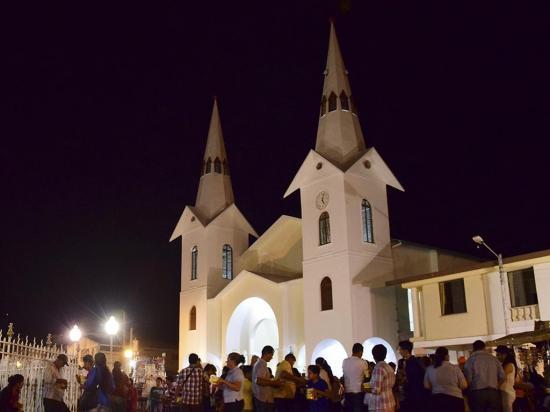 """Observaron en  primera fila la """"nueva"""" iglesia"""