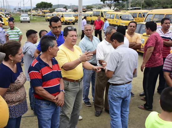 Transportistas hacen plantón cansados de operativos de control