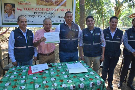 Porcicultor recibe  certificación de buen manejo de Agrocalidad