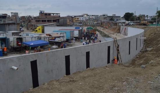 Perú llama a consultas a su embajador en Ecuador por muro en la frontera