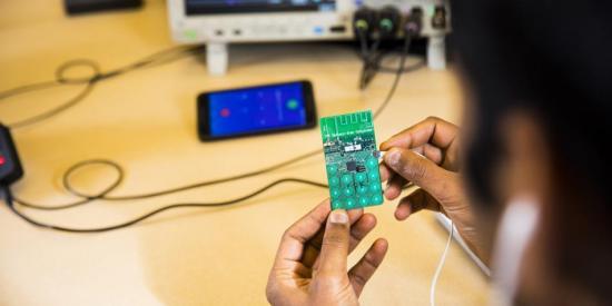 Crean un celular que no necesita batería