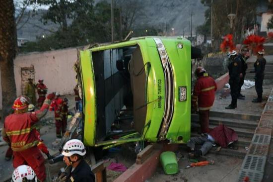 Sube a 10 el número de muertos en accidente de un autobús turístico en Lima