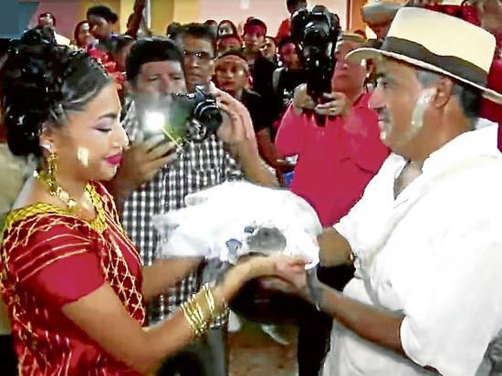 Alcalde se casa con un caimán