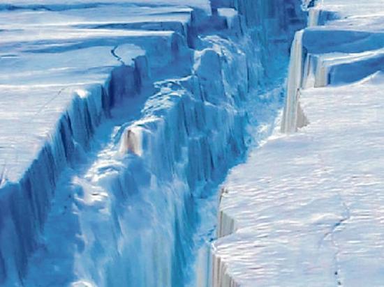 Un enorme iceberg se desgaja en el sur