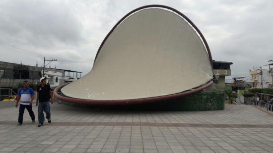 Colapsa la concha acústica de la Plaza Cívica de Montecristi