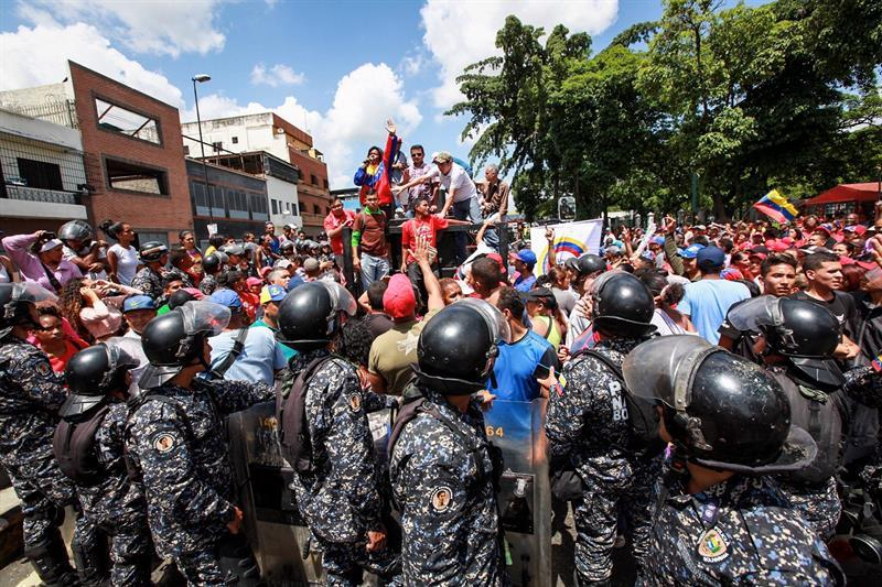 Dos muertos por ataque de grupo armado durante consulta opositora en Caracas