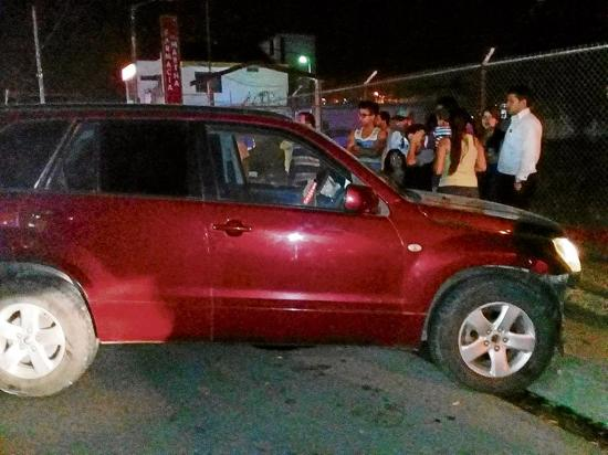 Pierde el control de carro y se accidenta