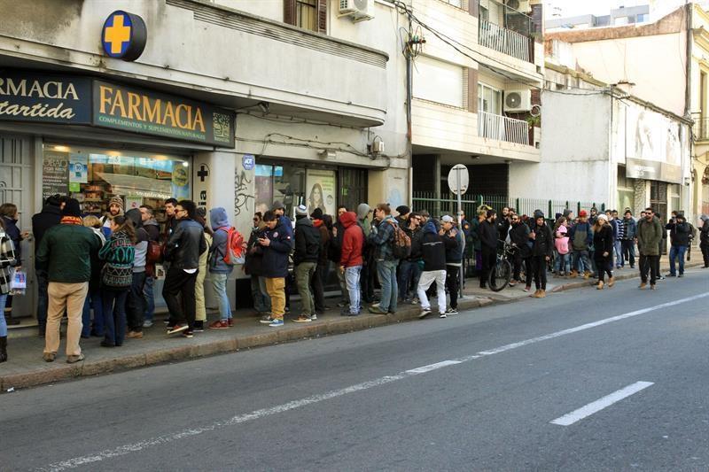 Uruguayos hacen largas colas para comprar marihuana en las farmacias