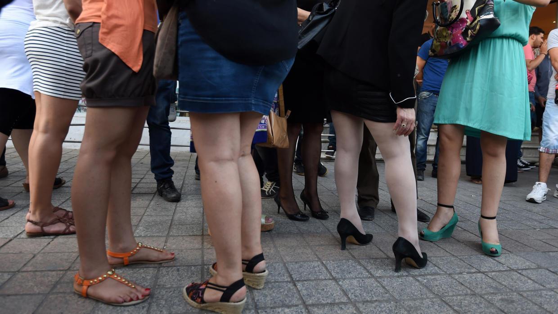 Constitucional boliviano anula prohibición a empleadas de minifalda y escotes
