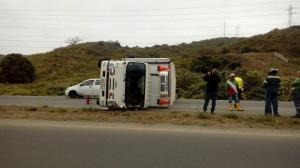 Camión se vuelca en la vía Portoviejo-Manta