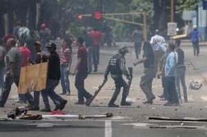 Más de 80 detenidos en el paro general convocado por la oposición