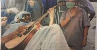 Músico indio toca la guitarra mientras le operan el cerebro
