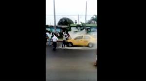 Taxi se prende en llamas y genera alarma en los exteriores de un colegio